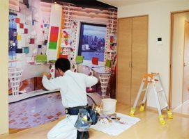 めざましテレビのスタジオを印刷した壁紙の施工風景