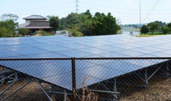 整地後にフェンスで囲い、ソーラーパネルを設置