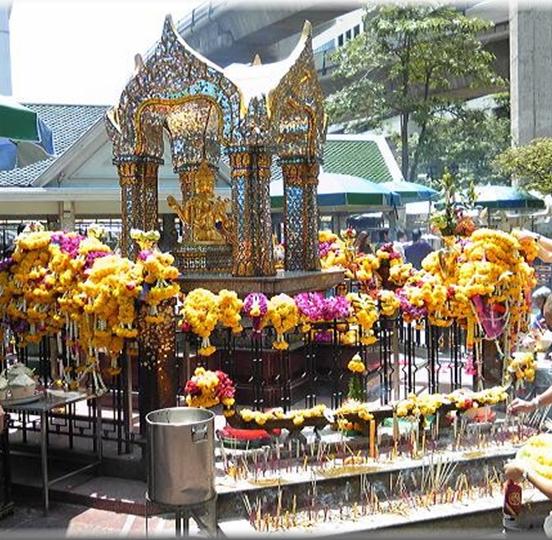 *写真3 パワースポットでも有名なエラワン・プーム(エラワンの祠)
