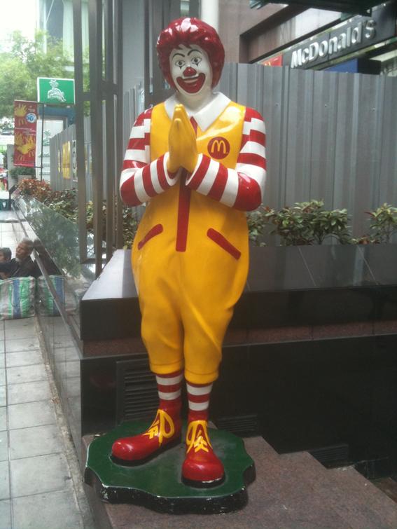 *写真2:タイのマクドナルド前に立つドナルド