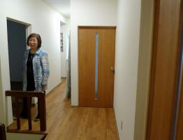 庄司洋子さん(写真)の案内でシェアハウスの2階へ。改装にあたっては、庄司さん自らが設計の基本アイデアを出したという。「老朽化が進んでいた空き家が、改修を経て住めるようになる。これって素晴らしいことだと思います」