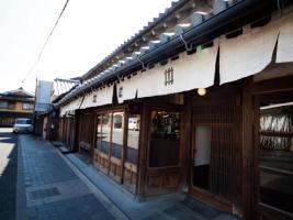 """約400年の歴史を持ち、国の史跡に指定されている篠山城の城下町全体を""""ひとつのホテル""""と見立てる「篠山城下町構想」。街には古民家が数多く残る。写真は「篠山城下町ホテルNIPPONIA」"""