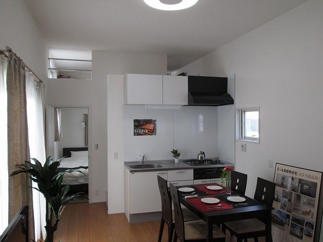 キッチンや浴室、洗面所などを設置したトレーラーハウス内部