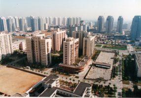 経済成長とともに不動産価格が高騰する中国。それを象徴するかのように高層の集合住宅も多く建設されている