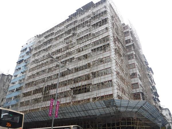 """香港に行ったことがある人が驚くのが、建築中の建物の足場が""""竹""""であることだ。鉄などの金属では亜熱帯の香港では足場が非常に暑くなったり錆びたりしてしまうこともあるため竹で作られている。高層ビルでも足場は竹。危険も伴う仕事ではあるが足場職人は給料が高く人気の職業(との噂も)"""